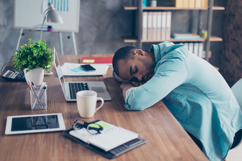 Müde am Schreibtisch